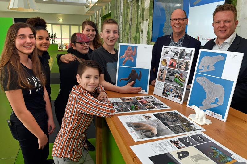 Leerlingen-PRO-Emmen-overhandigen-ontwerpen-nieuwe-kunstwerken