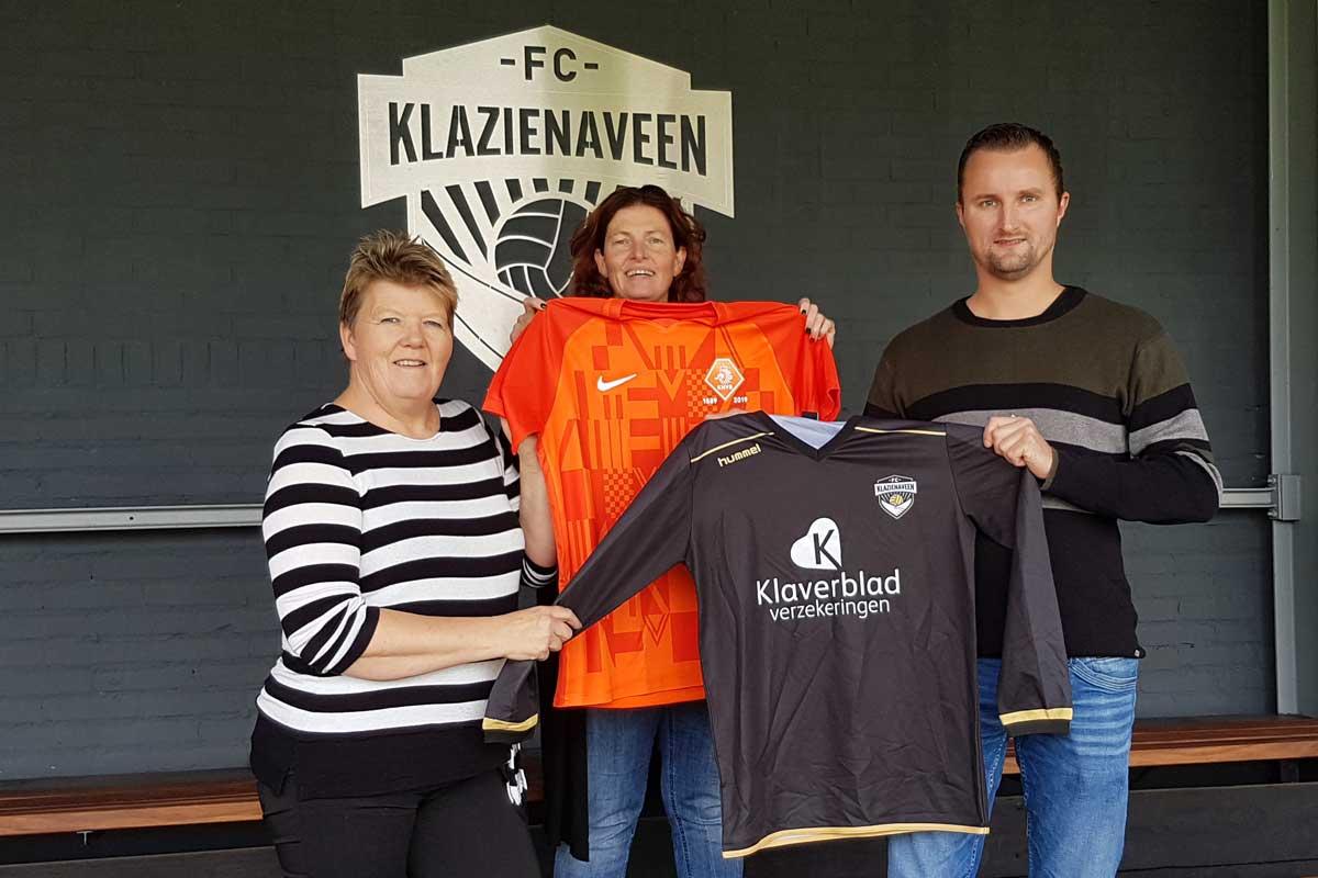 Gea-Linneman-Simone-Kracht-en-Chris-Ruepert-Shirtje-ruilen-met-KNVB